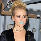 Lippenstiftfarben gibt es ja zur Genüge, aber Türkis? Mit diesem auffälligen Make-up hat sich Pixie Lott wirklich keinen großen Gefallen getan.