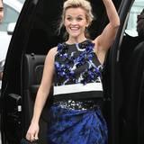Reese Witherspoon winkt freudig, als sie ankommt.
