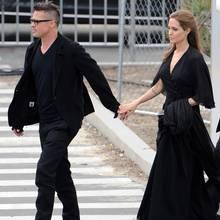 Brad Pitt und Angelina Jolie kommen Händchen haltend und im Partnerlook zu der Veranstaltung.