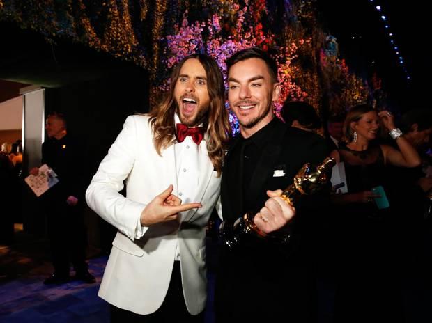 """Jared Leto und sein Bruder Shannon albern beim """"Governors Ball"""" herum, der offiziellen After-Show-Party der Oscarverleihung."""
