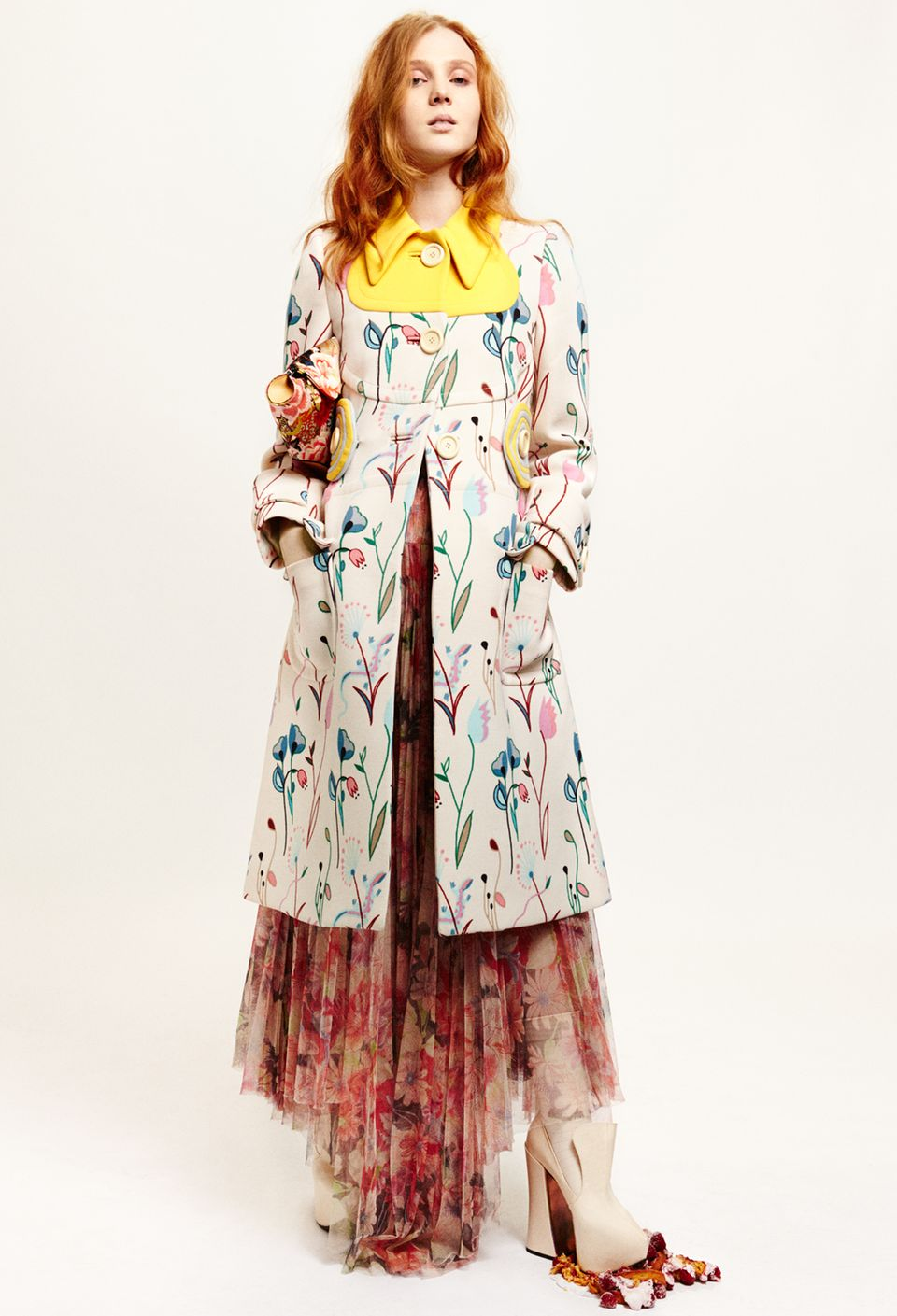 Papageientulpe    Mantel im Seventies- Look, von Miu Miu. Tüllkleid von Wunderkind. Schuhe von Vivienne Westwood. Seiden-Clutch von Alexander McQueen, über luisaviaroma.com
