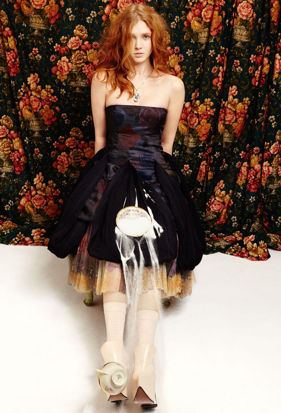 Schwarze Orchidee    Isolda Dychauk in einem Dior-Bustierkleid mit floralem Print. Darunter ein Tüllrock von Wunderkind. Kette von Sabrina Dehoff. Strümpfe von Item M6. Schuhe von Vivienne Westwood