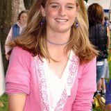 Als junges Mädchen zeigt sich Cressida Bonas im Jahr 2003 noch in einem niedlicheren Outfit. Herzchen-Ohrringe und bunte Halskette stimmt sie auf einen pinken Cardigan ab.