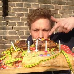 2014:  Happy Birthday! Am 11. März wird Matthias Schweighöfer 33 Jahre alt. Seinen Geburtstag feiert er auch mit seinen Fans auf Facebook und veröffentlicht dieses Bild mit Riesen-Kuchen.
