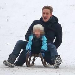 2014:   Eines der seltenen Fotos mit seiner Tochter: Hier genießt Matthias Schweighöfer den Berliner Winter mit Greta.