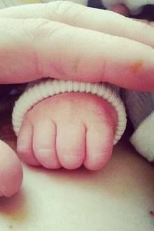 """2014:   Das neue Jahr fängt gut an: Am 17. Februar wird Matthias Schweighöfer zum zweiten Mal Vater. """"Wahnsinn, mein Sohn ist auf der Welt... Schweighöfer junior...unfassbar!"""", schreibt er auf Facebook und postet ein Foto von der Hand seines Babys."""