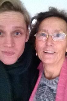 """2013:   Familienmensch: Matthias Schweighöfer mit seiner Oma. """"Meine ganz persönliche Frau Ella!"""", schreibt er zu dem Foto auf Facebook und spielt damit auf seinen Film """"Frau Ella"""" an, in dem Ruth-Maria Kubitschek für die Hauptrolle engagiert wurde."""