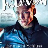 """2013:   Eine extrem gephotoshopte Version von Matthias Schweighöfer ziert das Titelblatt des deutschen """"Interview""""-Magazins. """"Ich bin wirklich froh, dass ich keine blauen Augen habe ..."""", schreibt er zu dem Foto auf Facebook."""