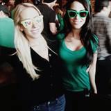 90210-Star Jessica Lowdes feiert gemeinsam mit einer Freundin in einer Bar.