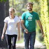 Auch Joshua Jackson trägt am irischen Feiertag ein grünes T-Shirt. Gemeinsam mit Freundin Diane Kruger macht er einen Spaziergang durch West-Hollywood.