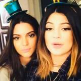 Kendell Jenner und ihre Schwester Kylie Jenner teilen auf Instagram ein Video mit Festtagsgrüßen.
