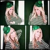 Wenn es etwas zu Feiern gibt ist Paris Hilton nicht weit: Mit grünem Zylinder grüßt sie ihre Fans.