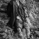 Stark und wagemutig: eine echte Stylingansage! Dünner Trenchcoat in Schwarz, von Isabell de Hillerin. Kaftan mit orientalischen Kordeln, von H&M. Jeanshemd von Comma. Skinny-Jeans in Camouflage, von DL1961. Boots von Y3. Alle Ringe von Christ. Kopftuch von Zara