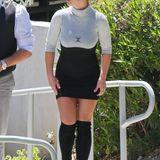 Nein, liebe Britney, Overknees ersetzen nicht die Hose. Da bringt es auch nichts, wenn du an dem zu kurzen Kleid rumziehst. Was doch helfen könnte: das gewöhungsbedürftige Stück beim nächsten Mal ein oder zwei Nummern größer zu kaufen oder es ganz aus dem Kleiderschrank zu verbannen.