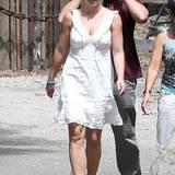 Manchmal sind es schon die kleinen Dinge, die helfen: Auch wenn das weiße Kleid von Britney nicht zu den schlimmsten Kleidungsstücken aus ihrem Schrank zählen, hätte die Sängerin ruhig an einen BH und ans Bügeln denken können.