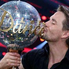 """Große Freude: Musicaldarsteller und """"DSDS""""-Gewinner Alexander Klaws gewinnt den Tanzwettbewerb """"Let's Dance"""" zusammen mit Isabel Edvardsson - und küsst seinen Pokal."""