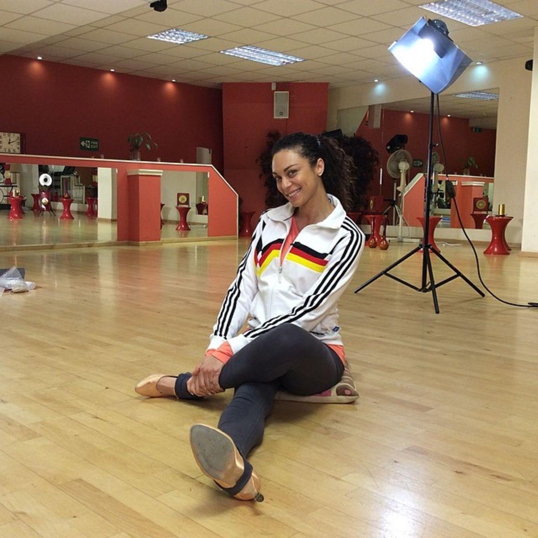 Für das Training muss Lilly Becker erst einmal ihre Beine dehnen.