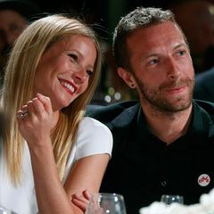 """Januar 2014  Auf Sean Penns """"Friends Help Haiti""""-Gala in Beverly Hills sieht man Gwyneth Paltrow und Chris Martin verliebt im Zuschauerraum sitzen."""