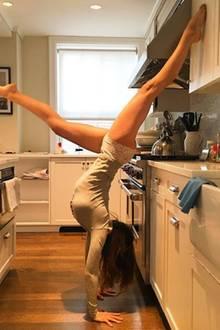 Die Küchenarbeit wird zur Nebensache. Hilaria Baldwin nutzt die Zeit lieber für eine ihrer Yoga-Übungen.