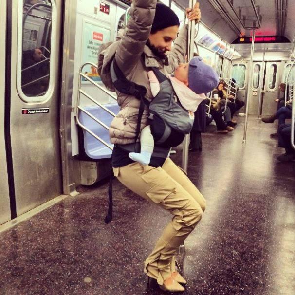 Die Stuhlpose in der U-Bahn lässt sich für Hilaria auch mit Baby gut bewältigen.
