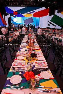 """Karl Lagerfeld entwirft in diesem Jahr die Dekoration im """"Salle Des Etoiles"""". Der Designer lässt sich dabei vom russischen Konstruktivismus inspirieren und schafft farbige geometrische Figuren wie Kreise, Dreiecke und Linien."""