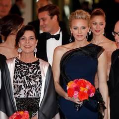 Karl Lagerfeld zusammen mit dem Fürstenpaar Albert und Charlène sowie Alberts Schwester Prinzessin Caroline von Hannover