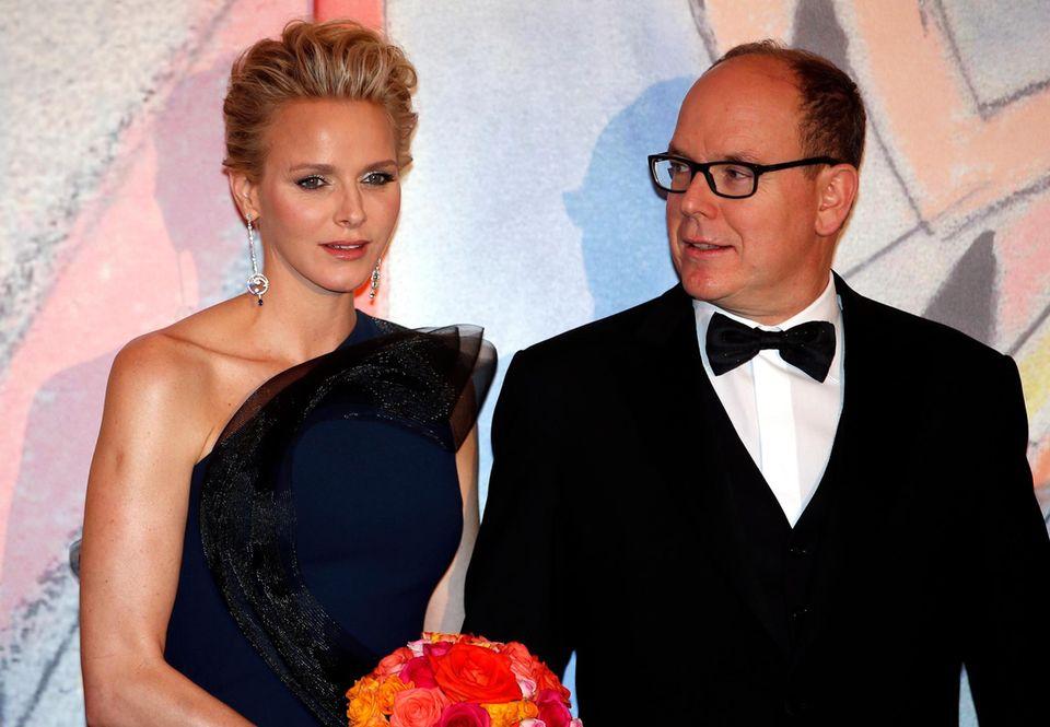 Fürstin Charlène und Fürst Albert von Monaco sind die Gastgeber des Abends. Der Rosenball, der einst von Alberts Mutter Fürstin Gracia Patricia, gegründet wurde, feiert in diesem Jahr sein 50-jähriges Bestehen.