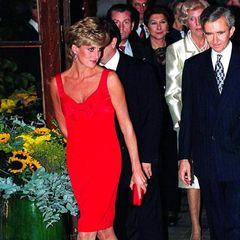Bei einem Charity-Event in Paris trug Prinzessin Diana 1995 ein knallrotes Etuikleid von Christian Lacroix. In dem Modell mit Schleife am Ausschnitt zelebrierte die Stil-Ikone ihre Freiheit nach der Trennung von Prinz Charles.