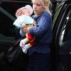 15. Juni 2012: Noch etwas unbeholfen geht Neu-Mama Peaches Geldof mit ihrem Sohn Astala um.