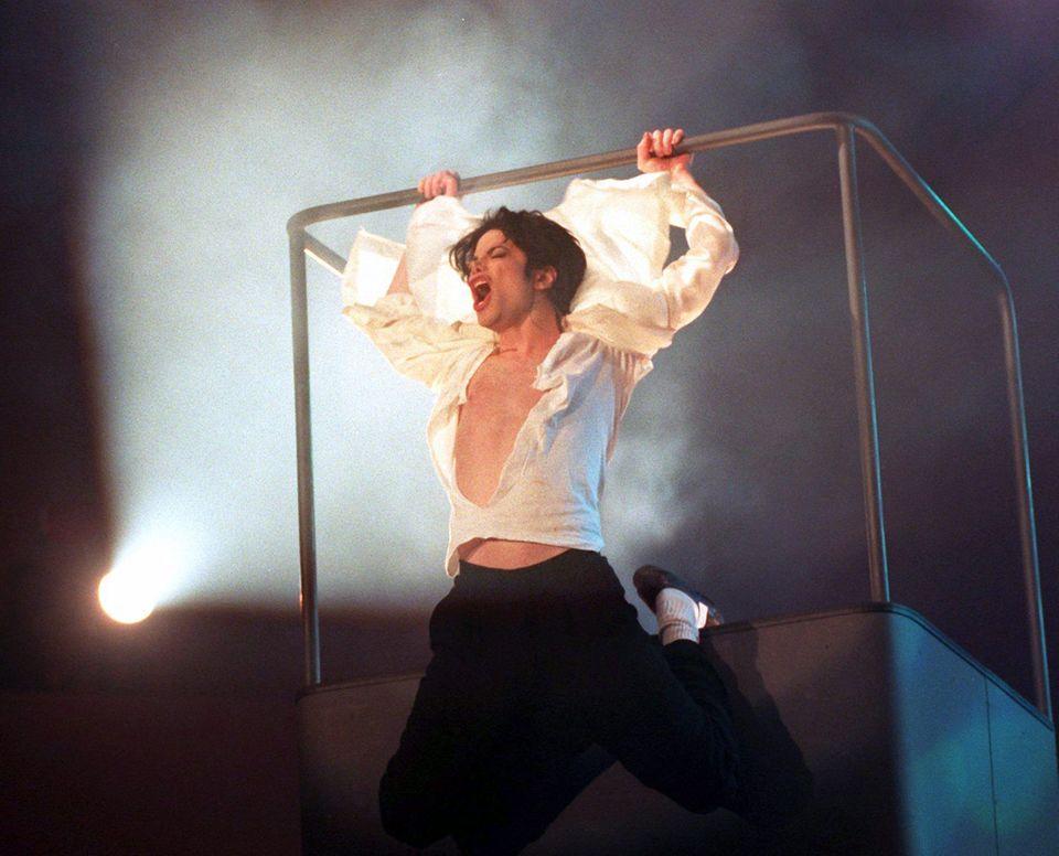 """4. November 1995: Der """"King of Pop"""" Michael Jackson zerreißt sich bei seinem legendären Auftritt das Hemd."""