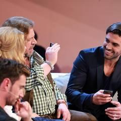 9. November 2013: Armin Rohde und Elyas M'Barek finden die Sendung scheinbar so langweilig, dass sie lieber mit ihren Handys rumalbern.