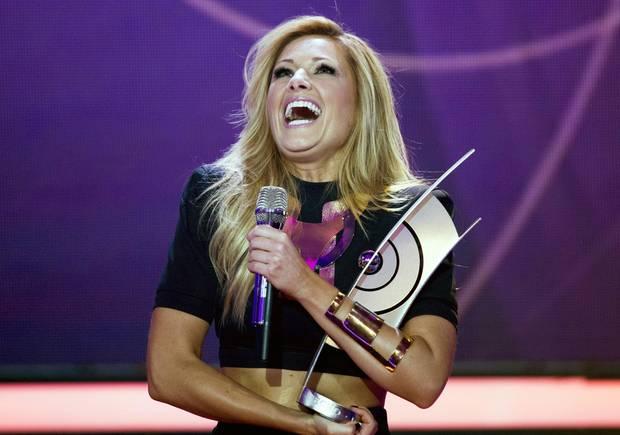 """Helene Fischer moderiert nicht nur die Show, sondern gewinnt auch den """"Echo"""" für das """"Album des Jahres""""."""