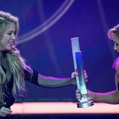 Helene Fischer bekommt ihren ersten Preis von Shakira überreicht. Damit aber noch nicht genug: Die Schlagersängerin und Moderatorin ist auch gleichzeitig Abräumerin des Abends. Denn sie wird für das Album des Jahres und als beste Schlagersängerin ausgezeichnet.