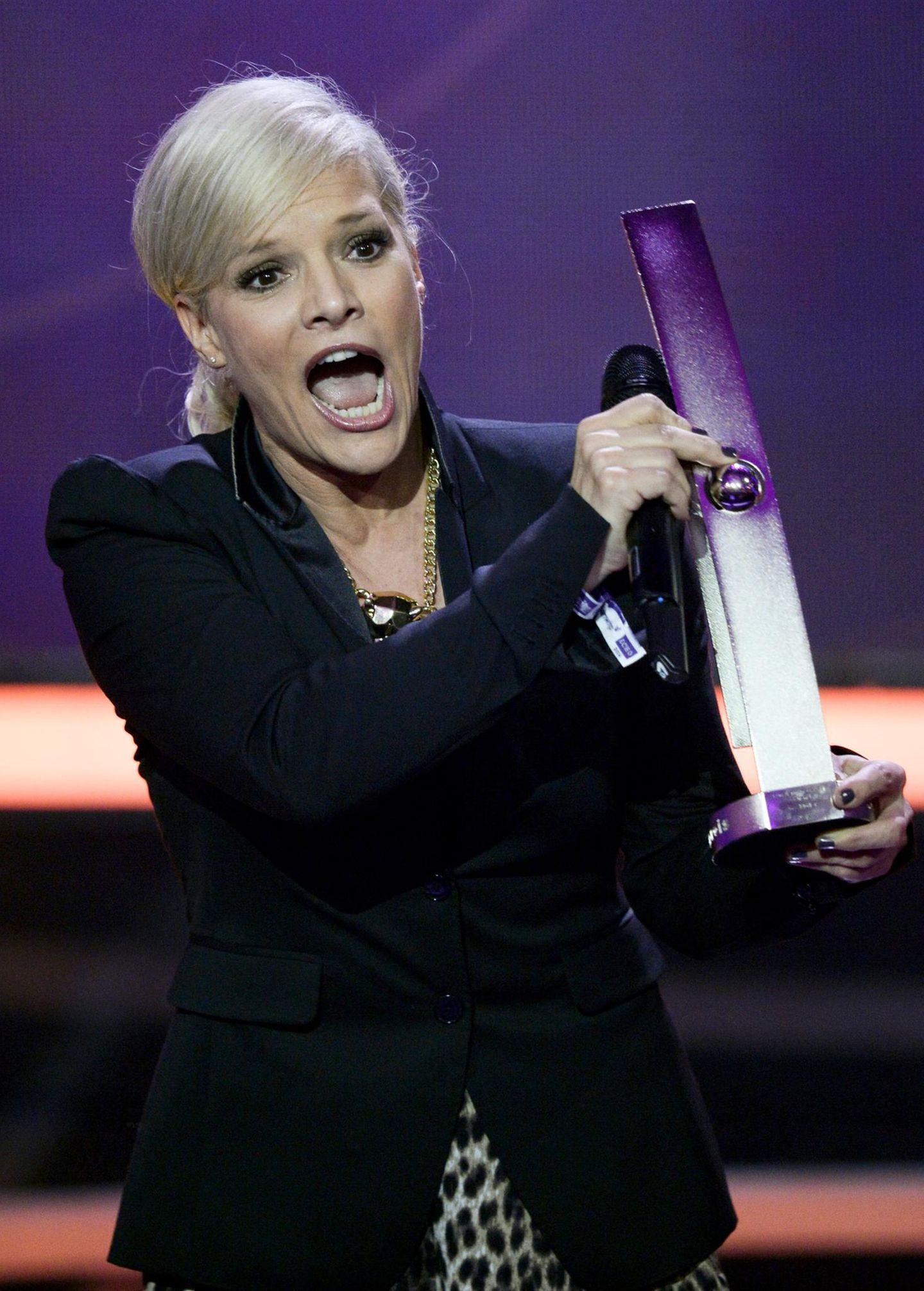 """Entertainerin Ina Müller freut sich über den Gewinn des """"Echo"""" in der Kategorie """"Best Female Artist Rock/Pop""""."""