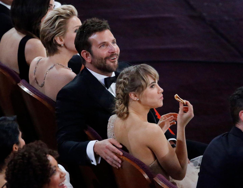 Bradley Coopers Freundin Suki Waterhouse nimmt das Pizza-Angebot sehr gern an.