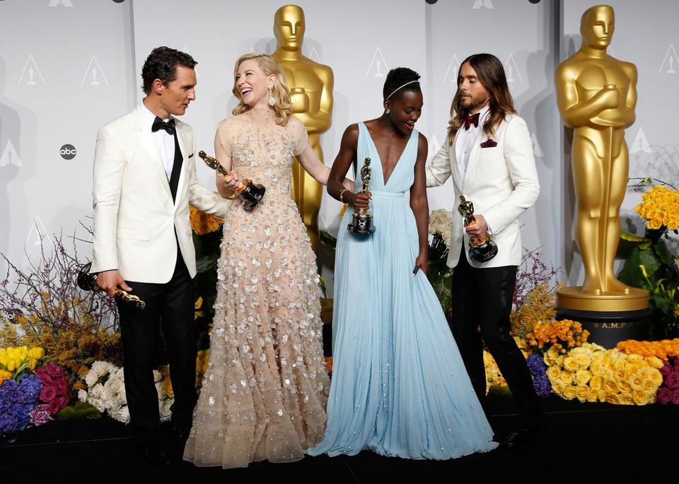 Die Oscargewinner stellen sich für ein Gruppenfoto zusammen.