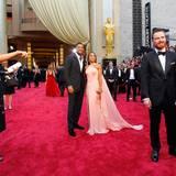 Michael Fassbender steht vor Will Smith und seiner Frau Jada Pinkett-Smith.