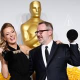 """Caitrin Rogers und Morgan Neville mit ihrer Auszeichnung für """"20 Feet From Stardom"""""""