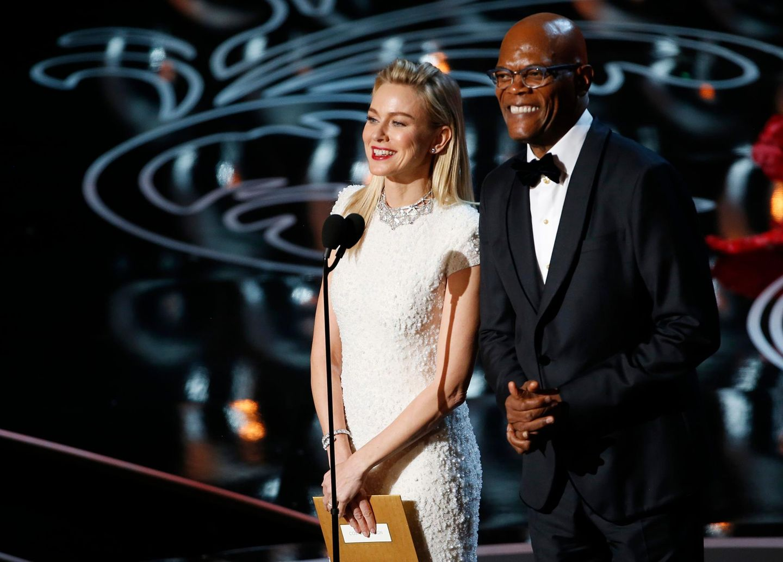 """Naomi Watts und Samuel L. Jackson präsentieren den Oscar fürs beste Kostümdesign. Der geht an Catherine Martin und ihre Arbeit für """"The Great Gatsby""""."""