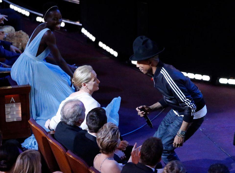 """Pharrell Williams bringt mit seinem Song """"Happy"""" Lupita Nyong'o und Meryl Streep zum Tanzen."""