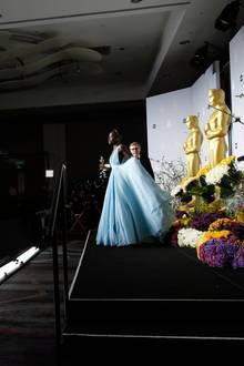 Lupita Nyong'o posiert stolz mit ihrem Oscar.