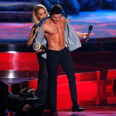 Rita Ora reißt Zac Efron sein Hemd vom Leib. Jessica Alba freut's.