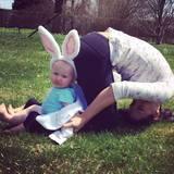 Auf dem österlichen Yoga-Posting von Hilaria Baldwin darf die kleine Carmen nicht fehlen.