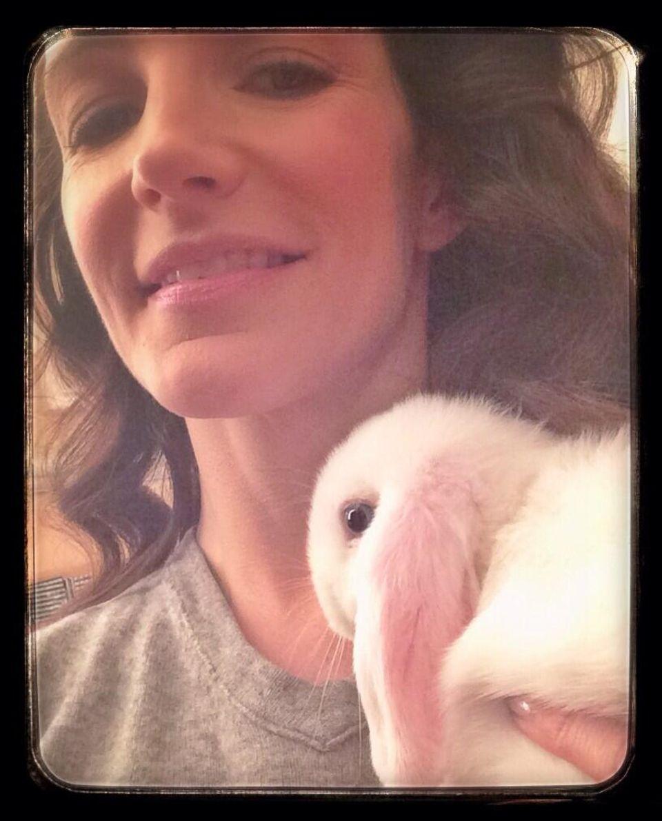 Kristin Davis kuschelt an Ostern mit einem kleinen weißen Kaninchen.