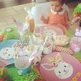 Kourtney Kardashian wird an ihre Kindheit erinnert als sie den Oster-Tisch für Tochter Penelope und Nichte North deckt.