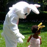 Beyoncé Knowles trägt an Ostern Hasenohren. Töchterchen Blue Ivy bekommt derweil Besuch vom Osterhasen.