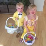 Gideon und Harper, die Kinder von Neil Patrick Harris, suchen fleißig Ostereier.