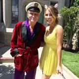Hugh Hefners Frau Crystal posiert mit Playboy-untypischen Ohren für das Osterfoto.