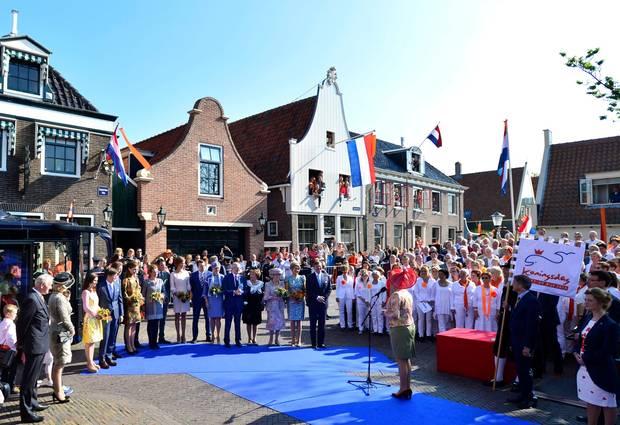 Die ganze niederländische Königsfamilie, darunter natürlich auch Prinzessin Beatrix (links), ist nach De Rijp gekommen, um gemeinsam den ersten Königstag seit mehr als 100 Jahren zu feiern.   König Willem-Alexander wird allerdingst erst am 27. April, also einen Tag später, 47 Jahre alt. Damit aber alle mitfeiern können, wird der Königs- oder Königinnentag traditionell an einem Samstag begangen.