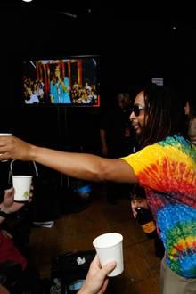 Der Rapper Lil Jon verteilt Getränke an die Fotografen.